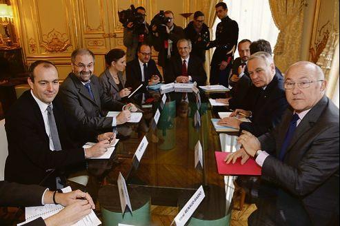 Jean-Marc Ayrault (à droite au centre), en compagnie de Michel Sapin, ministre du Travail, a reçu jeudi à Matignon la délégation CFDT conduite par François Chérèque (à gauche au centre) et Laurent Berger.
