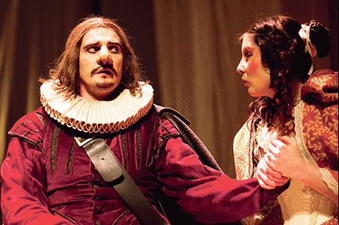 Face à Roxane interprétée par Magali Genoud, Anthony Magnier joue un Cyrano plein d'abnégation et de panache.
