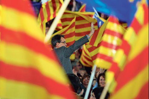 Artur Mas, chef de file des nationalistes de Convergencia i Unio et président sortant de la Catalogne, salue ses partisans en meeting, le 18 novembre à Barcelone.