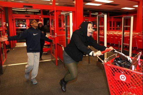 Une jeune femme de 20 ans court et crie en entrant dans un magasin Target.