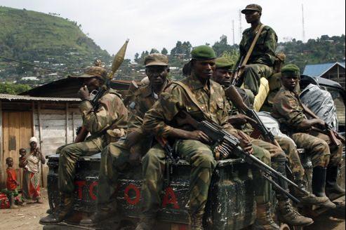 Des soldats du FARDC patrouillent dans les rues de Minova, dans le sud de Sake.