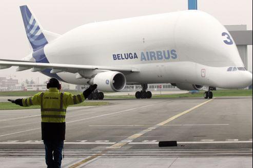 L'avion-cargo Beluga, ici posé sur le tarmac de l'aéroport de Toulouse-Blagnac, effectue trois vols par semaine pour acheminer des pièces de l'usine de Nantes vers les autres sites du groupe.