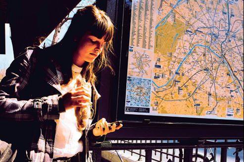 Pour la Parisienne armée de son smartphone, la ville est à portée de main.