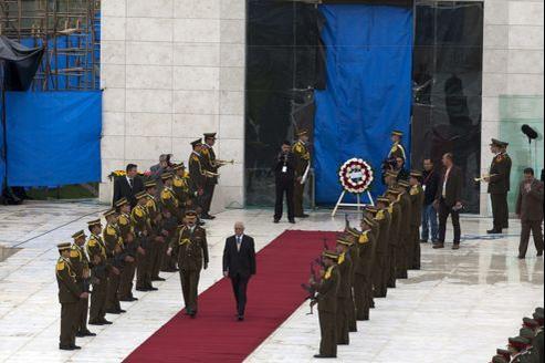 Le secrétaire général de l'Autorité palestinienne, Tayeb Abdelrahim, quitte le mausolée funéraire où a été exhumé le corps de Yasser Arafat.