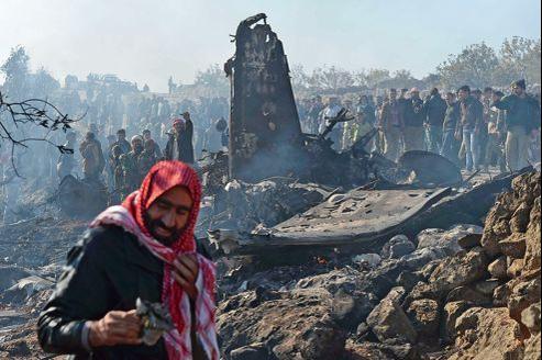 Débris calcinés de l'avion de chasse abattu, mercredi, par les rebelles syriens à Daret Ezza, au nord-ouest d'Alep.