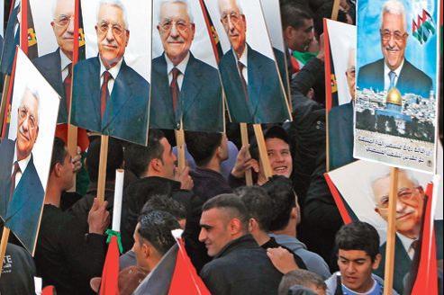 Des partisans de Mahmoud Abbas, mercredi, devant le quartier général de leur leader à Ramallah en Cisjordanie.