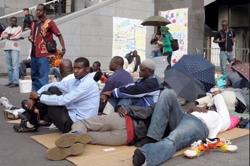 Des salariés sans-papiers le 5 juin 2010 devant l'Opéra de la Bastille où ils campent pour protester contre le refus des autorités de les régulariser (Image d'illustration)