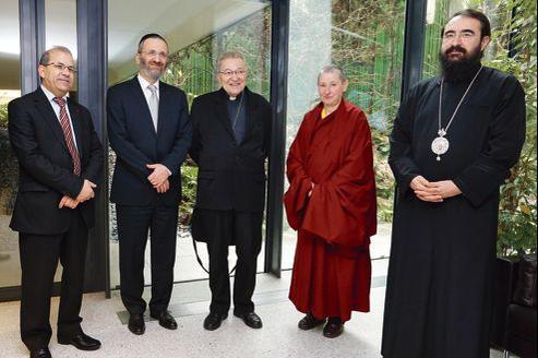 De gauche à droite: Mohammed Moussaoui, Gilles Bernheim, le cardinal André Vingt-Trois, Marie-Stella Boussemart et le métropolite Joseph, à l'Assemblée nationale, jeudi, avant leur audition par la commission des lois.