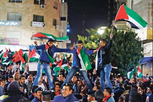 Scène de liesse, dans la nuit à Ramallah, après le vote historique à l'ONU.