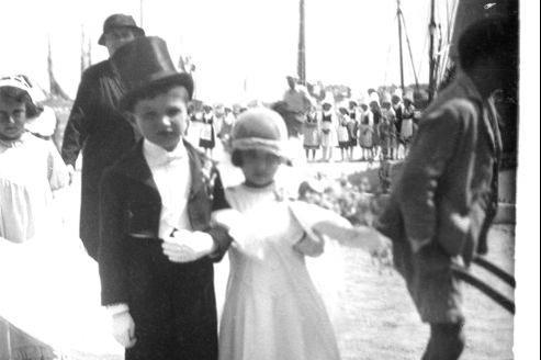 Un couple de «mariés» pendant la kermesse des écoles de Joinville-le-Pont, en 1935.