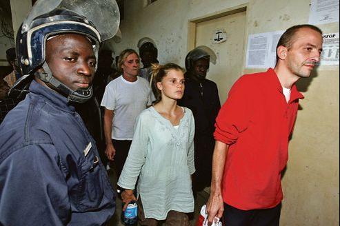 Émilie Lelouch et Éric Breteau, le 24 décembre 2007 à N'Djamena, au troisième jour de leur procès après leur tentative d'exfiltration de 103enfants orphelins du Darfour vers la France.