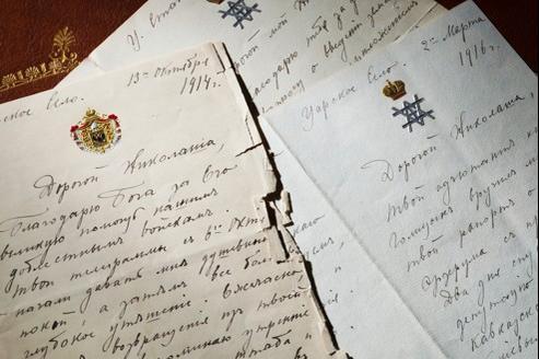 Lettres autographes signées «Nicki» (Nicolas II) adressées le 13octobre 1914 de Tsarkoïe Selo au grand-duc Nicolas Nicolaïevitch, commandant suprême des armées impériales. Elles portent l'en-tête impérial de l'aigle bicéphale surmontée d'une couronne.
