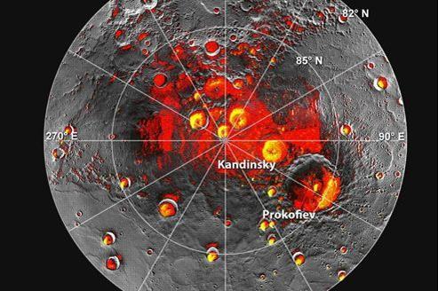 En rouge les zones toujours à l'ombre au pôle Nord depuis que Messenger est en orbite. En jaune, les zones où Arecibo avait décelé une réflectivité anormalement élevée.