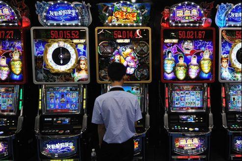 Un joueur dans un casino de Macao, nouvel empire du jeu qui a accueilli plus de 27 millions de visiteurs en 2011.