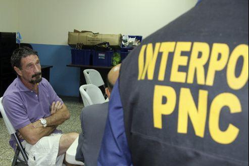 John McAfee dans les bureaux de la police guatémaltèque.