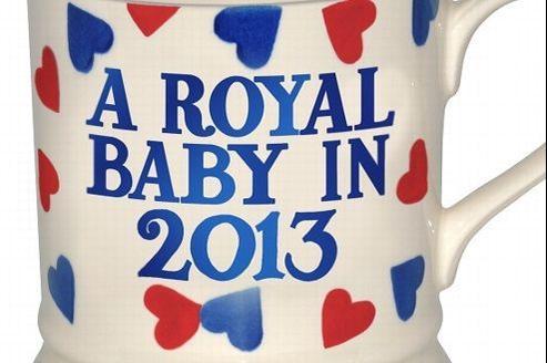 Le fabricant de poterie britannique Emma Bridgewater a lancé la production d'un mug bleu, rouge et blanc sur lequel est gravé la phrase «Un bébé royal en 2013». Crédit: DR.