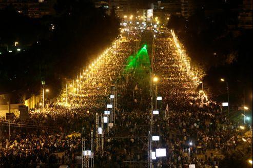 Des milliers de manifestants ont afflué vendredi aux abords du palais présidentiel, avec un nouveau mot d'ordre à l'adresse de Mohammed Morsi: «Dégage!»
