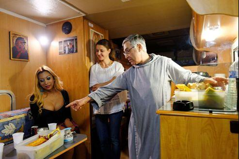 Dans la chaleur du camping-car de l'association Magdalena, qu'il a créée en 2008, le père Jean-Philippe Chauveau fait le lien entre prostituées et bénévoles.