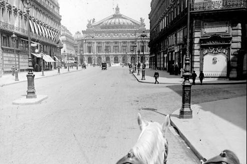 L'avenue de l'Opéra, dans les années 1910. Si les grands axes étaient généralement épargnés par les bouchons, les petites rues commerçantes étaient régulièrement embouteillées.