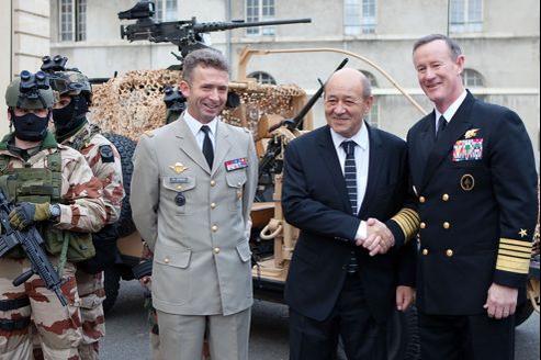 Le ministre de la Défense Jean-Yves le Drian encadré par le général Christophe Gomart (à gauche) et le patron des forces spéciales américaines, l'amiral William Mc Raven.