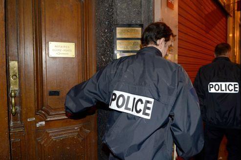 Des policiers quittent le cabinet de Me Raymonde Talbot, dans le Ier arrondissement de la Cité phocéenne.