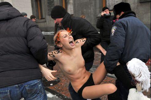 Des policiers ukrainiens arrêtent une activiste de Femen venue manifester devant le Parlement.