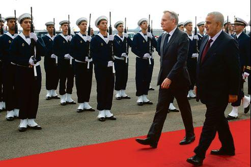 Jean-Marc Ayrault à son arrivée mercredi à Casablanca, accueilli par son homologue marocain Abdelilah Benkirane.