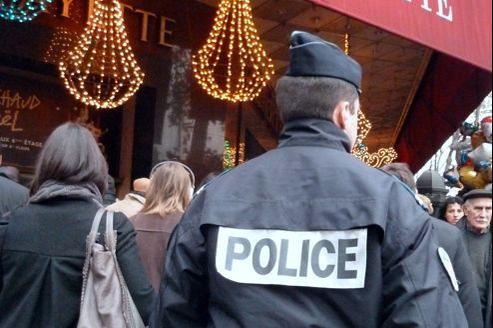 La police est à pied d'œuvre aux abords des Grands Magasins parisiens, à la veille des fêtes de fin d'année.