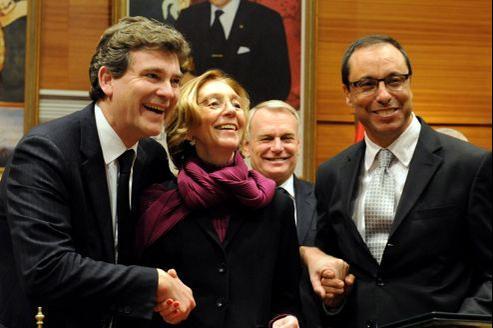 La signature d'accords entre la France et le Maroc jeudi est l'occasion de mettre en scène une poignée de main, au ministère des Affaires étrangères marocain.