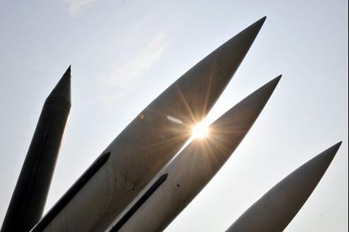 Les armes utilisées par la Syrie sont probablement des missiles de fabrication nord-coréenne, version améliorée des missiles Scud soviétiques, dont on peut voir un exemplaire à gauche sur cette photo (prise au Mémorial de la guerre de Corée, à Séoul, illustration).