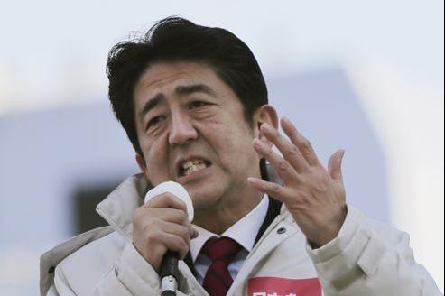 Shinzo Abe, candidat du Parti libéral-démocrate (droite), a toutes les chances de revenir au pouvoir dimanche.