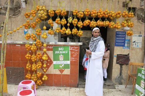 Dans le souk de Helwan, des affichettes «Oui à la Constitution égyptienne» ont été collées. Crédits photo: Delphine Minoui.