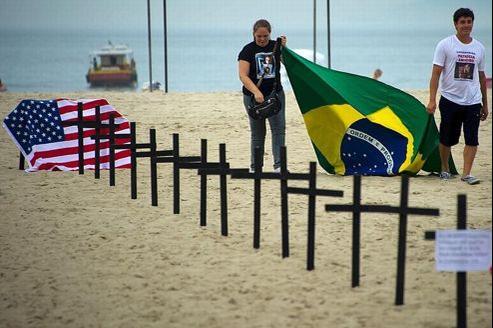 Les habitants de Rio de Janeiro ont rendu hommage samedi, au nom de tout le Brésil, aux victimes en plantant 26 croix noires dans le sable de la plage touristique de Copacabana.
