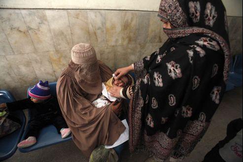 Une femme administre un vaccin contre la polio à l'hôpital Lady Reading à Peshawar.