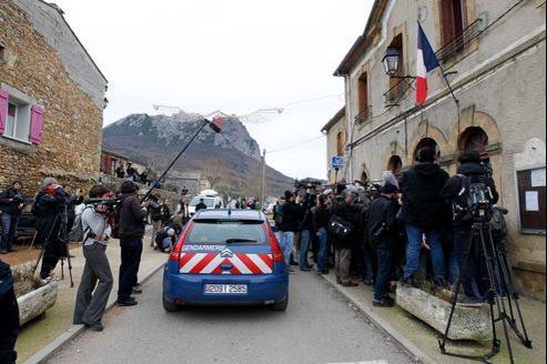 Une centaine de gendarmes et une horde de journalistes s'agglutinent, mercredi, dans les rues de Bugarach.
