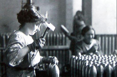 Une ouvrière dans une usine d'obus, en 1915-1916, aux États-Unis.