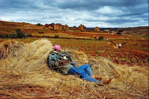 Pause après la cérémonie du retournement des morts (Madagascar, 1994).