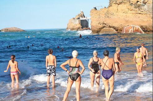 Avec 24,3 °C enregistré dimanche à Biarritz, des vacanciers se risquent à la baignade, alors même que l'océan ne dépassait pas les 14°C.