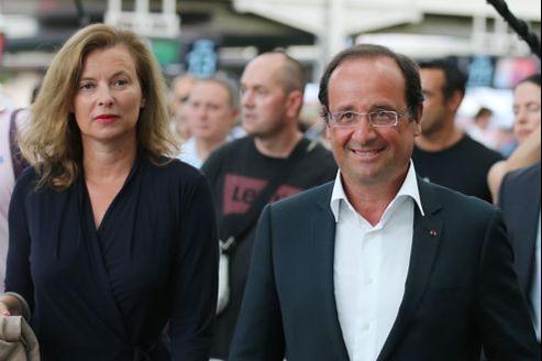 Valérie Trierweiler et François Hollande, lors de leur départ en vacances, cet été. Le chef de l'État avait alors été critiqué pour avoir pris des congés alors que la crise battait son plein.