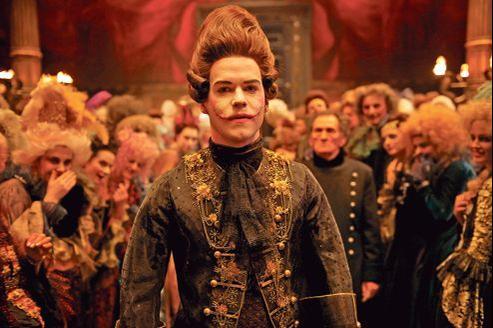 Marc-André Grondin incarne Gwynplaine (L'homme qui rit) dans un film à la poésie étrange et baroque.