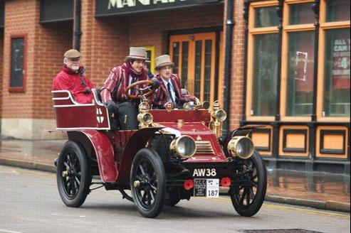 Cette voiture James & Browne, construite en 1902, représente chaque année l'Imperial College London à la London Brighton Veteran Car Run. Et roule à gauche, bien sûr.