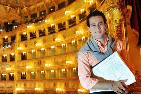 Le plus vénitien des Vénézuéliens, Diego Matheuz, sous les ors de la salle mythique qui célèbre cette saison le bicentenaire des naissances de Verdi et Wagner.
