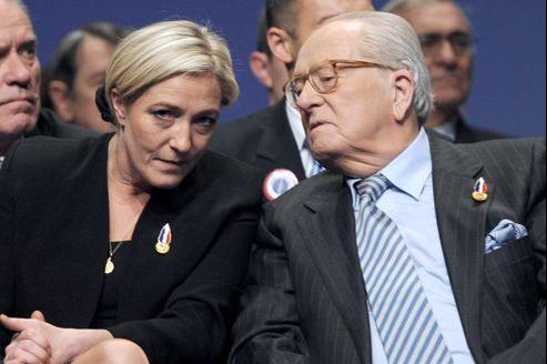 Marine et Jean-Marie Le Pen, lors du congrès de Tours, en janvier 2011.