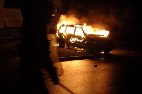 Voiture brûlant lors de la nuit de la Saint-Sylvestre 2011 à Mulhouse.