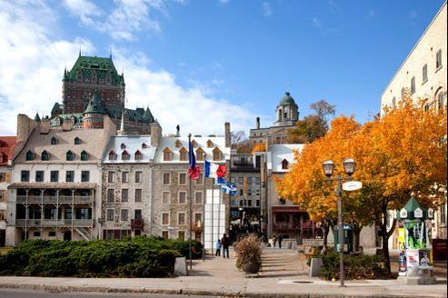 Les maisons historiques de la place de Paris et le château Frontenac en arrière-plan, dans le quartier du Petit-Champlain, à Québec.
