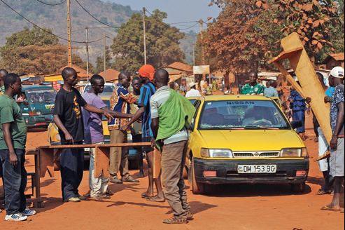 Des membres des Jeunes patriotes centrafricains, partisans du président Bozizé, contrôlent les accès de Bangui, mardi.