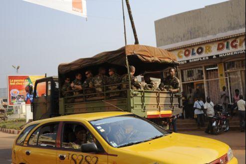 Des soldats français dans un camion de transport de troupes, lundi, dans Bangui.