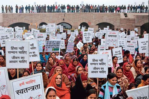 Manifestation pour dénoncer les crimes commis contre les femmes, mercredi au mémorial Mahatma Gandhi à New Delhi.