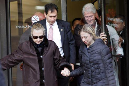 La secrétaire d'État américaine à sa sortie d'hôpital mercredi.