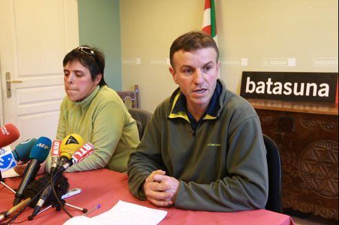 Maite Goyenetxe et Jean Claude Aguerre, les leaders français de Batasuna, annoncent la dissolution du parti en France.